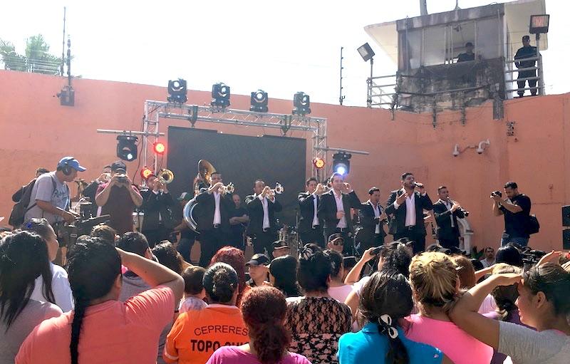 La Adictiva llena de alegría y música el Penal de Topo Chico en Monterrey
