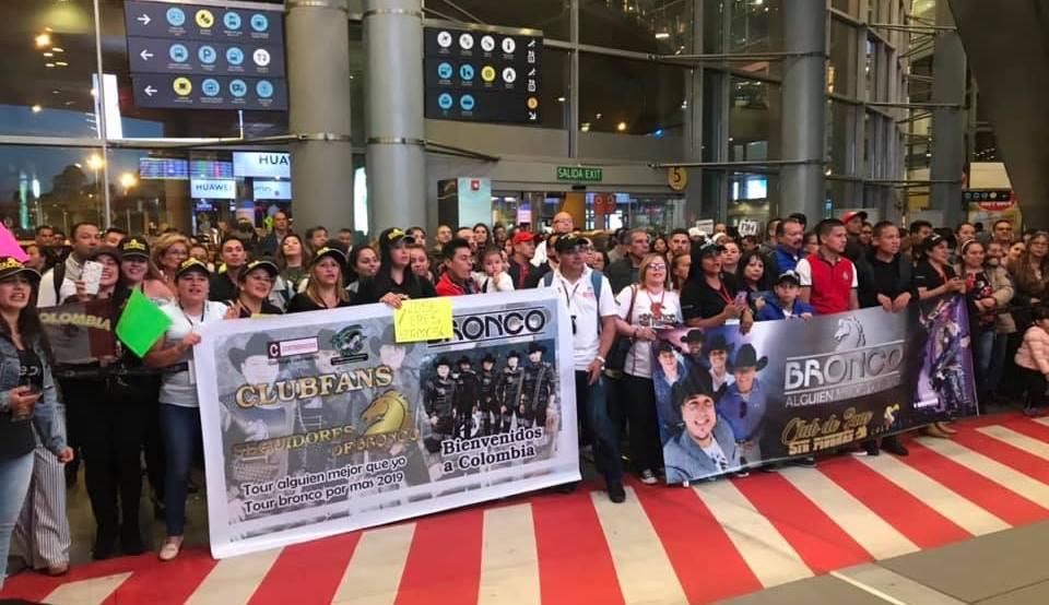 Los Fans Colombianos del Grupo Bronco los reciben con gran cariño.